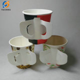 Дешевые воды чашки бумаги с помощью рукоятки