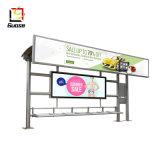 バス停留所のバス停を広告するプレハブのバス待合所