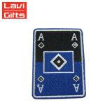 中国の製造者衣服のためのカスタム手のシュニールの刺繍パッチの盾のバッジ