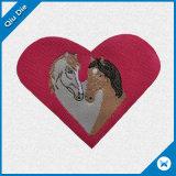 Contrassegni tessuti disegno rosso del cuore usati per gli accessori dell'abito delle donne