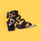 Sandali spessi dell'inarcamento dell'oro di Strapg della caviglia della giovane signora alto tallone