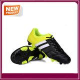 サッカーは販売のためのフットボールの靴をクリートで補強する