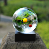 De Kristallen bol van de Bal van het Zonnestelsel van het Kristal van de Decoratie van het huis met Houten Tribune