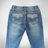 Beaux et cassés jeans de lavage avec Embroiedery et modèle spécial sur la poche pour Madame (HDLJ0023-17)