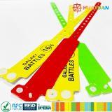 Etiqueta multi de encargo del efectivo del vinilo con el Wristband de las tabulaciones para el acontecimiento