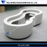 Mesa de recepção curvada redonda com parte superior contrária branca