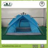 テントをハイキングする3つの人の自動二重層