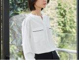 夏のきれいで純粋な白人の円形首の女性のワイシャツ