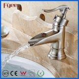Tarauds d'eau européens de vanité avec le robinet balayé de salle de bains