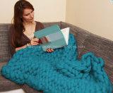 새로운 주문을 받아서 만들어진 손에 의하여 뜨개질을 하는 아크릴 크로셰 뜨개질 모직 담요
