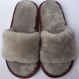 熱い卸売の100%年の羊皮のスリッパの毛皮によって並べられるスリッパ