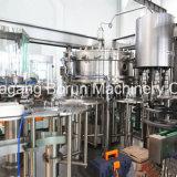 Terminar os refrescos Carbonated que enchem a linha com a máquina de mistura da bebida