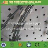 Bto-22は電流を通されたアコーディオン式かみそりのとげがある溶接された鉄条網を熱浸した