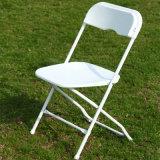 Cadeiras dobráveis de plástico branco para casamento