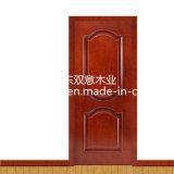 居間の寝室の入口の木のドア