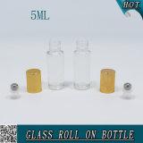 5ml effacent le roulis cosmétique sur la bouteille en verre avec le couvercle en métal d'or