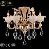 Dourados luxuosos morrem a luz de cristal do candelabro da carcaça