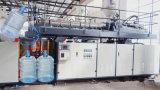 Plastikwasser-Becken, das Maschine herstellt