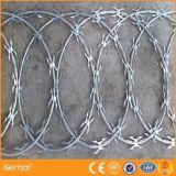 電流を通された表面が付いている刑務所の刃かみそりの有刺鉄線