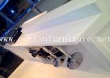 Corian 아크릴 단단한 표면은 매끄럽고 명확한 바 카운터를 건설했다