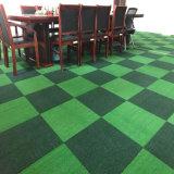 人工的な草のタイルの装飾的なカーペットのタイル