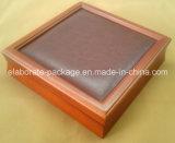 Caja determinada de la joyería de madera con la ventana de cuero