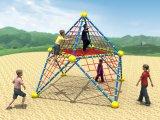 Capretti esterni della strumentazione del campo da giuoco di forma fisica che arrampicano rete