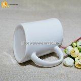 Tazza di caffè di ceramica obliqua bianca con la maniglia