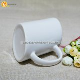 Oblicuo blanca taza de café de cerámica con asa