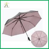ترويجيّ ثلاثة يطوي مظلة خارجيّة