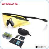 De gele die Zonnebril van de Sport van de Lens in Lage Lichte Voorwaarde wordt gebruikt