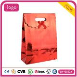 休日の赤い方法芸術の上塗を施してあるギフトの紙袋