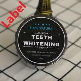 I denti che imbiancano rimuovono le macchie di colore giallo del caffè del tè del fumo