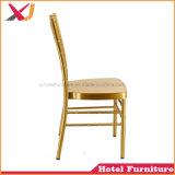 Chiavariの椅子を食事する新しいスタッキングの金のホテルのレストランの宴会の結婚式