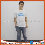 T-shirt rond blanc de collet avec l'impression faite sur commande de logo