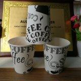 Изолированный одноразовые кофе чашку бумаги с крышкой