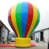 A maioria de propaganda inflável do balão à terra colorido popular do arco-íris