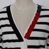 多彩な二重層Placketおよび長い袖が付いている女性の縞で飾られたカーディガン