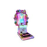 Los niños de monedas de la máquina de videojuegos para el Rock de tijeras de papel