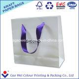 Het Winkelen van het Document van Kraftpapier van de douane de Witte Zak Van uitstekende kwaliteit met het Af:drukken van het Embleem