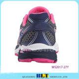 Blt rapide style athlétique de femmes exécutant les chaussures de sport