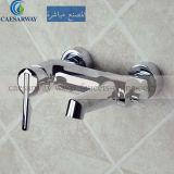 浴室の真鍮のシャワーのコック