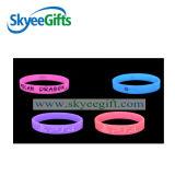 Incandescenza del regalo di promozione in braccialetto di gomma scuro per il partito o il concerto