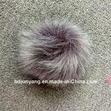 Drôle de boules de fourrure sur les chapeaux d'hiver avec de gros de la fourrure de renard Pompom