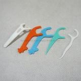 El plástico hilo dental con los dientes Pick