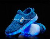 Personnaliser les chaussures courantes de sport d'éclairage LED pour des enfants