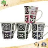 La tazza di ceramica con i puntini comercia