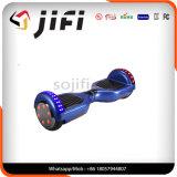 LEDライトが付いている電子スクーターのバランスをとっている涼しくスマートな自己