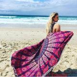 Pila grande del corte impresa alrededor de la toalla de playa