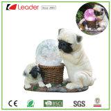 Het met de hand geschilderde ZonneStandbeeld van de Hond Polyresin met het ZonneLicht van de Bal van Ritselen voor de Ornamenten van de Tuin